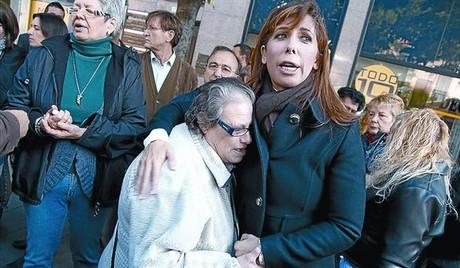 Alicia Sánchez-Camacho saluda a una vecina del barrio del Fondo, en Santa Coloma de Gramenet, ayer.