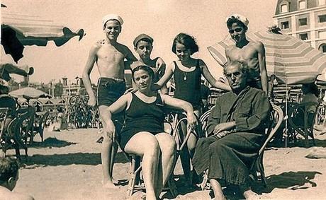 El compositor, junto a su familia, en Mar del Plata en 1947.