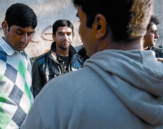 Shahbaz Shabbir, segundo por la izquierda, con sus amigos paquistanís en Badalona, ayer. RICARD CUGAT