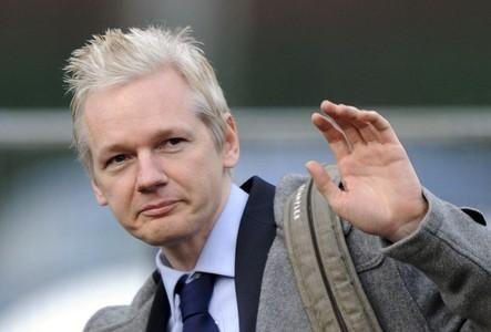 Julian Assange saluda a su llegada al tribunal de Woolwich, este martes, en Londres.