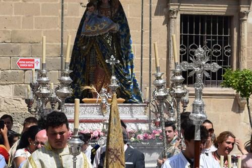 El traslado de la Virgen de la Paz hasta su altar desde el objetivo de Lucas Álvarez