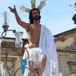 La procesión de la Hermandad del Resucitado desde el objetivo de Lucas Álvarez