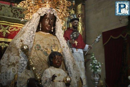 El besamanos de la Virgen de la Merced desde el objetivo de Lucas Álvarez