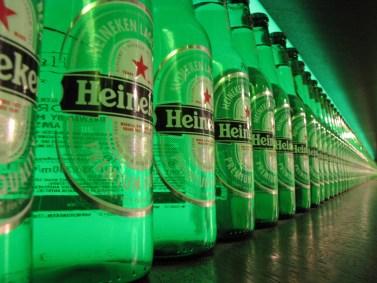 Botellas de cerveza en una fábrica de Heineken