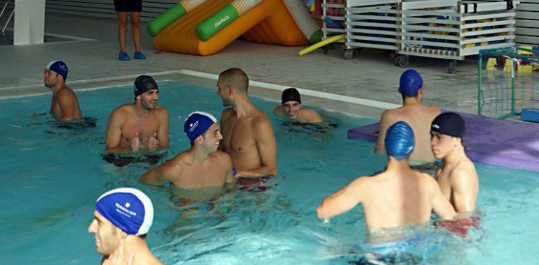 Los jugadores del Pozo practicando Waterpolo