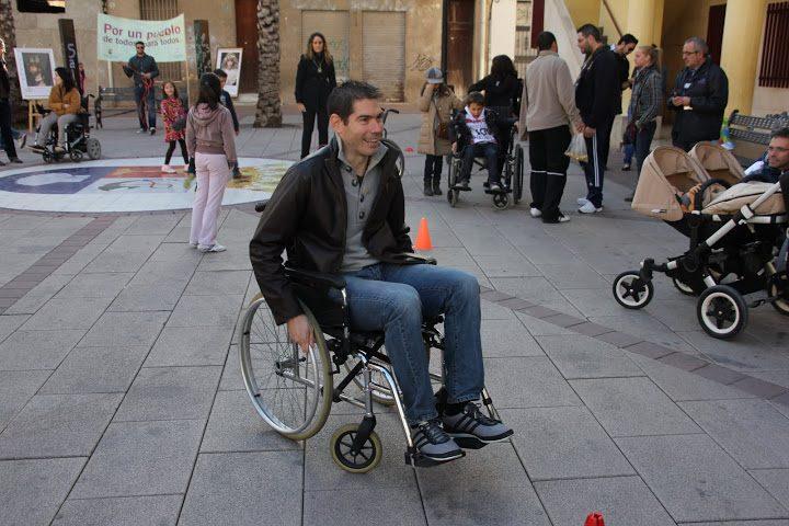 Kike se pone en la piel de un discapacitado físico y sensorial en Albatera con motivo del  Día Internacional