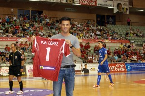 Miguel Ángel López posa con la camiseta de ElPozo Murcia Fs