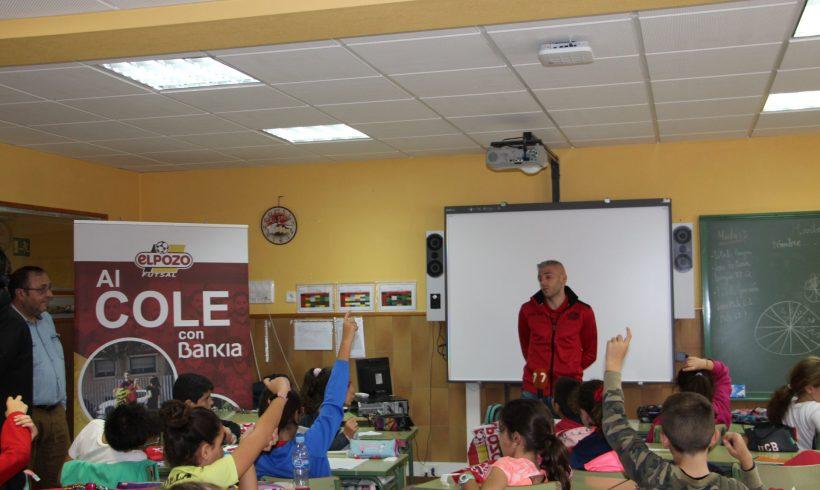 ELPOZO AL COLE CON BANKIA  Miguelín hace disfrutar a los escolares del CEIP Luis Costa de Murcia
