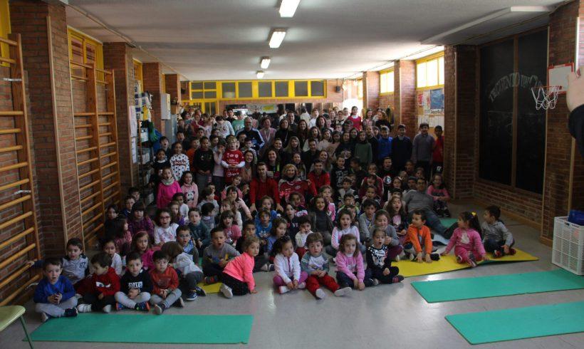 ELPOZO AL COLE CON BANKIA| Darío y Álex García disfrutan con los escolares del Colegio Vega del Segura de La Ribera