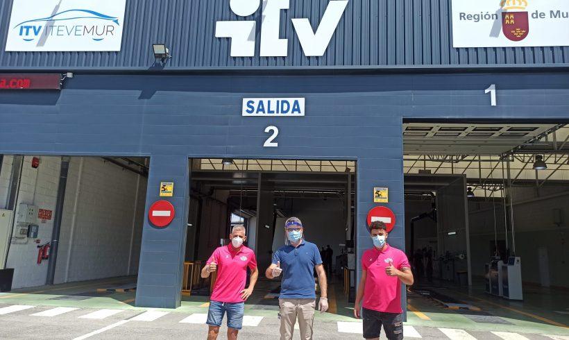 Miguelín y Matteus conocen por dentro una estación ITV de Itevelesa