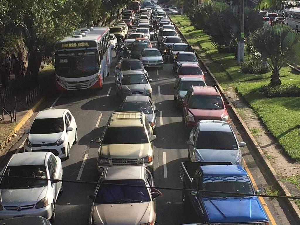 Estudiantes de UES en Medicina han cerrado el paso causando trafico pesado