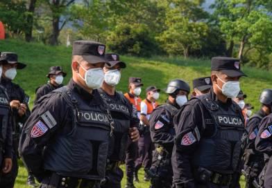 Administración Bukele entrega aumento de $200 a policías