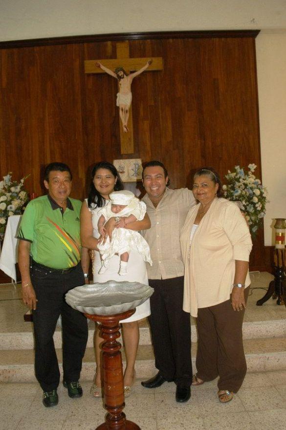 Con sus abuelos maternos Miguel Can Bardales y Teresa Nicoli Rivadeneyra.