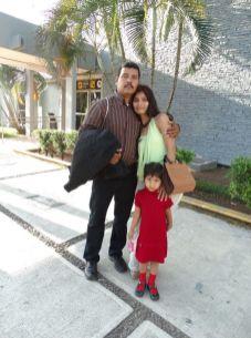 Román Morales ORIGEN: México Distrito Federal DESTINO: Chetumal Quintana Roo MOTIVO: retorno después de cumplir con sus obligaciones laborales, lo recibió Bárbara Navarrete y su hija María.
