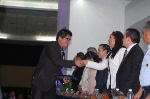 Irazú Sarabia May entrega Bardales Carrión Raúl Roberto licenciado en Ingeniería Civil.