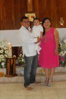 Thiago Emiliano en compañía de sus papás, Celso Ordoñez Cohuo y Ana Laura Tuz Valle