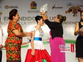 Momentos en que Rosario Ortiz, corona a la señorita Independencia 2015, Adriana Viera Ruvalcaba