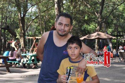 """El conocido locutor Bernardo López mejor conocido como """"El borrego"""" junto con su hijo Eliam."""