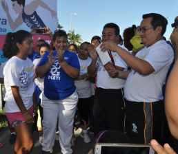 El primer lugar para Kimberly López Alcocer del CBTIS 214, el director del Plantel Aníbal Montalvo Pérez le entrega su medalla de participación.