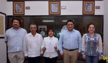 El presidente de la Gran Comisión, diputado Eduardo Martínez Arcila, entregó a Ana Hernández Anaya, su nombramiento como Directora de Gestoría y Asistencia Social.