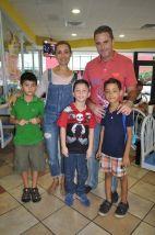 El festejado acompañado por José Encalada y Lourdes Varguez, Emiliano Encalada y Mauro Vargas. Schultz.
