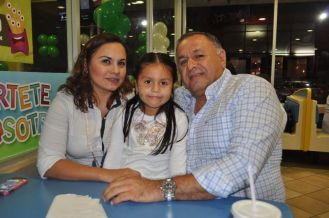 Evelyn León y Humberto Rivera y la pequeña Naylea Rivera.