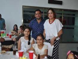 Mario Yeladaqui Sala, Aida García de Yeladaqui y sus hijos Georgina y Marifer.