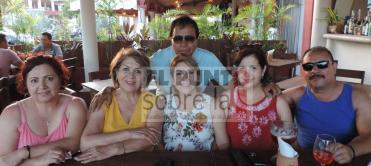 Desde California, Estados Unidos Lily Salazar, Marrtha Álvarez, Nena Delgado, Beatriz y Martín Camacho, de pie Raúl Flores de la Torre.