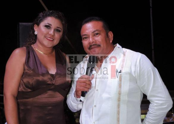"La maestra de ceremonias Azalea Anahí Romero Rivera con el ""Messie Pirañé"" Melchor Rivera Gómez."