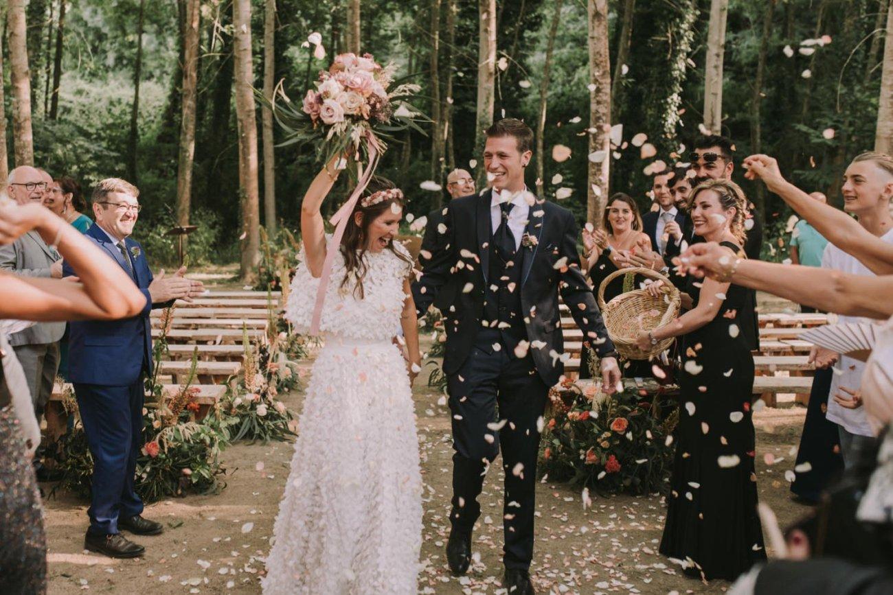 ceremonia de boda en can riera de la pineda en el bosque