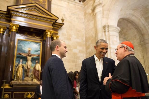El presidente Barack Obama y Ben Rhodes hablar con el cardenal Ortega Jamie mientras estaba de gira La Catedral.