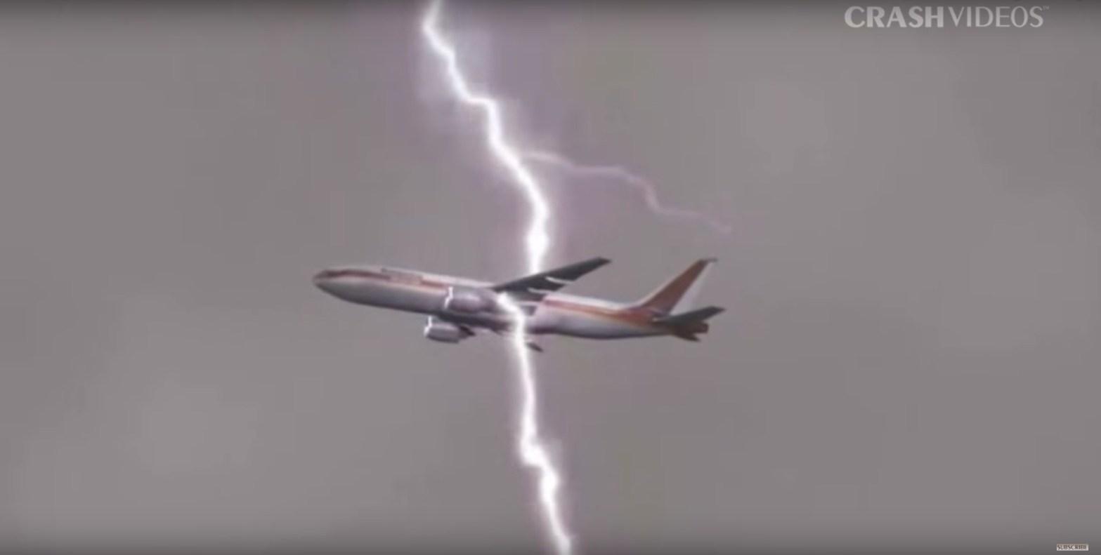 Un rayo cae en un avión en vuelo