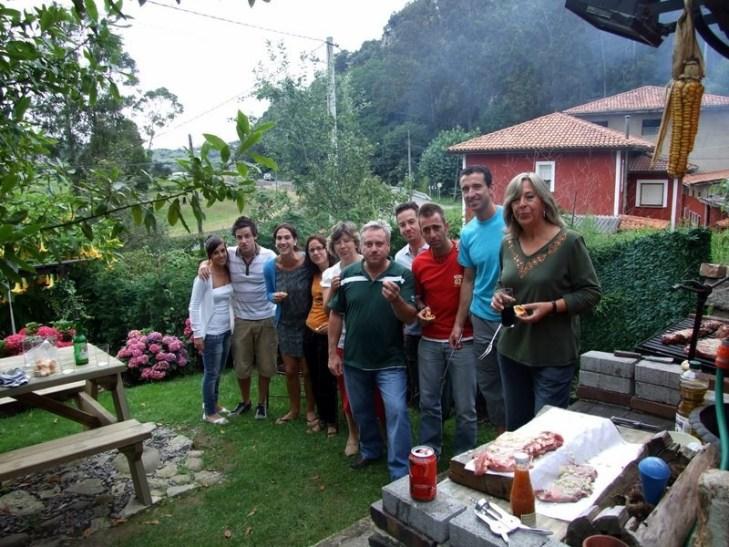 Disfrutando de una barbacoa en casa rural el Rincón del Sella