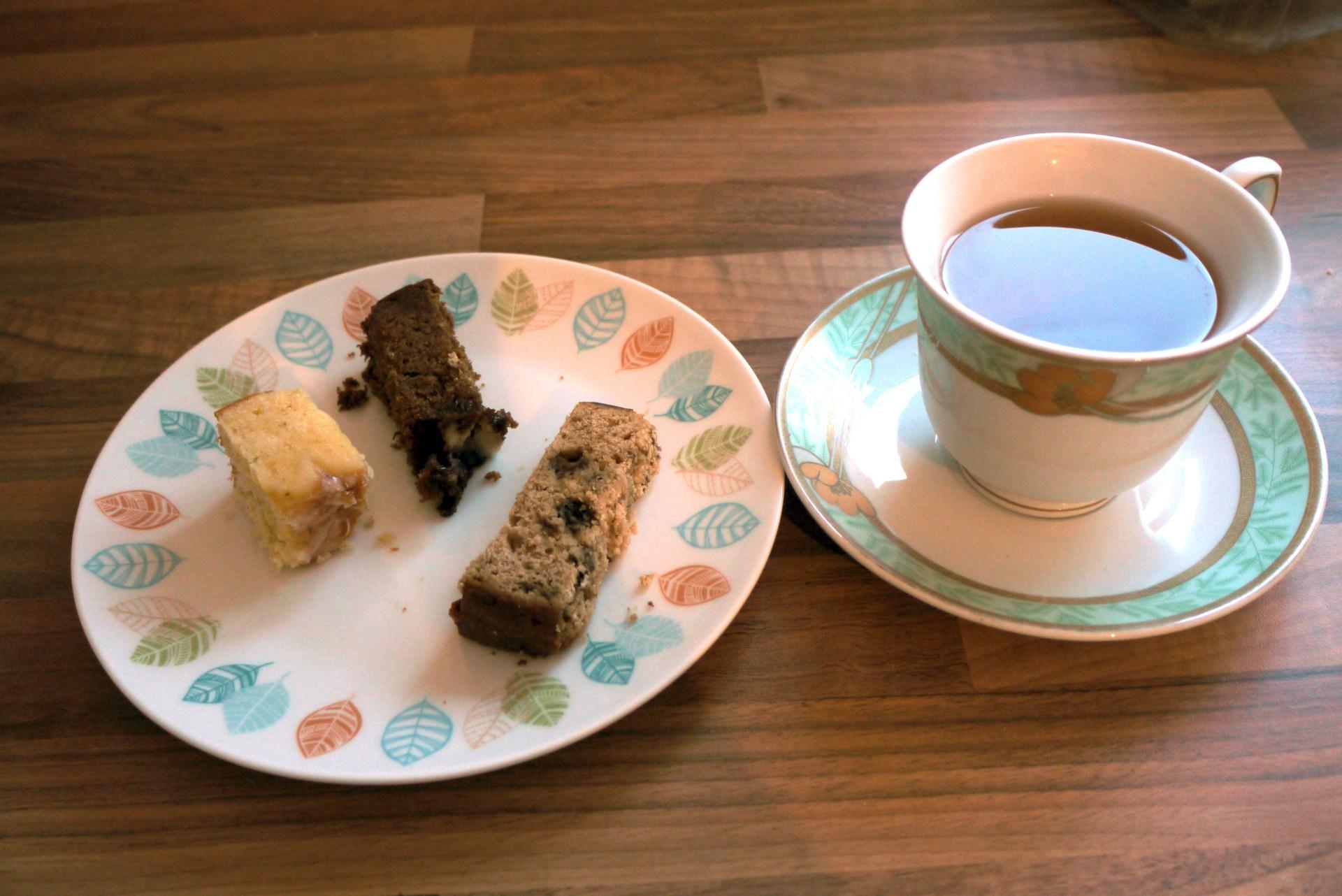 Lemon Drizzle cakes with tea