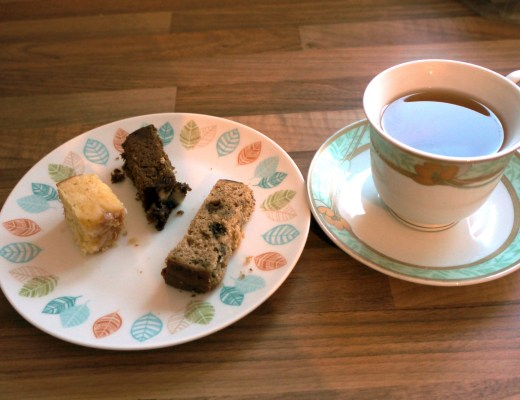 Lemon Drizzle cakes with tea