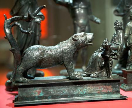 Artio es representada en esta escultura bajo las formas de oso y figura humana.