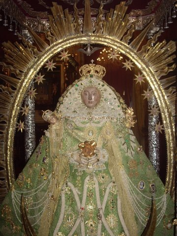 Nuestra Señora de las Nieves, Patrona de la isla de La Palma. La Virgen es una pequeña efigie de estilo románico tardío del siglo XIV (hay investigadores que aseguran que pertenece al siglo XIII)