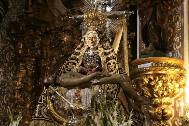La Virgen de los Dolores es una advocación de la Virgen María. También es conocida como Virgen de las Angustias, Virgen de la Amargura, Virgen de la Piedad, Virgen de la Caridad, Virgen de la Soledad o La Dolorosa. Su fiesta es el Viernes de Dolores. Imagen de la Virgen de las Angustias de Granada. Autor: José Manuel Ferro Ríos - Trabajo propio