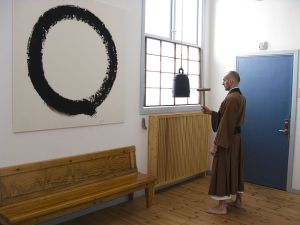 800px-Zazen_bell_with_Enso_in_Background