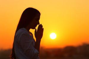 mujer-meditando-anochecer