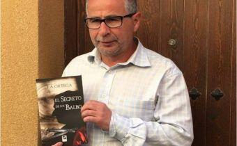Ortega con un ejemplar de su último libro, El Secreto de los Balbo
