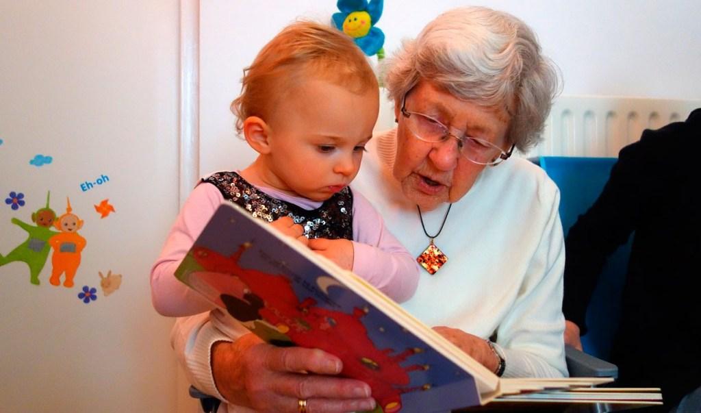abuela leyendo con nieta para fomentar la lectura