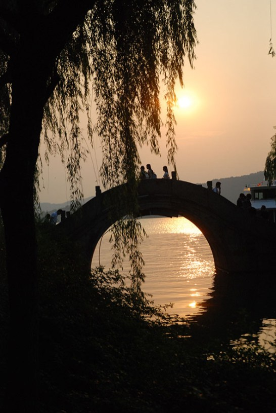 Brug bij West lake Hangzhou China zonsondergang