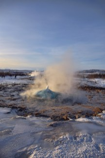 Strokkur Geysir vlak voor eruptie IJland in de winter