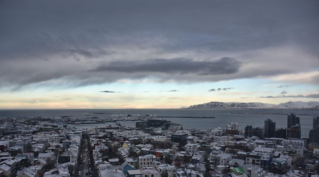 Het uitzicht vanaf de Hallgrimskirkja in Reykjavik IJsland