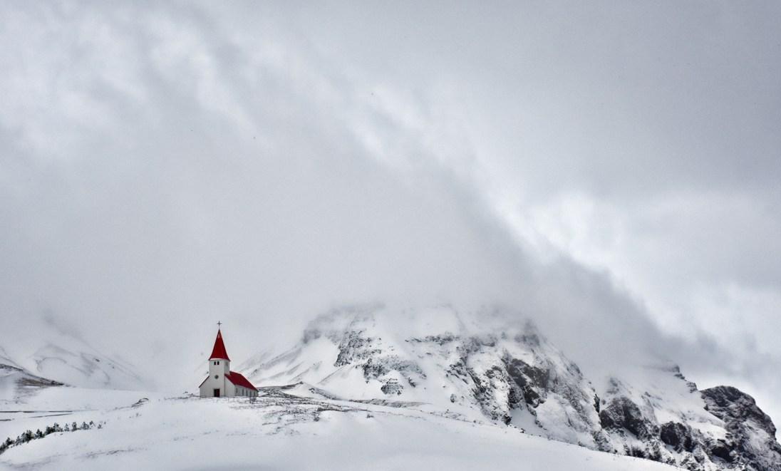 Het kerkje in Vík IJsland in een sneeuwstrorm