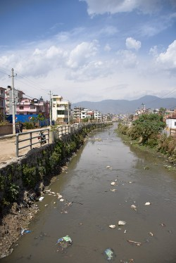 Straatbeeld met de rivier door Kathmandu