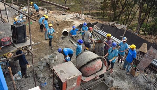 Beton mixen voor de school in Nepal