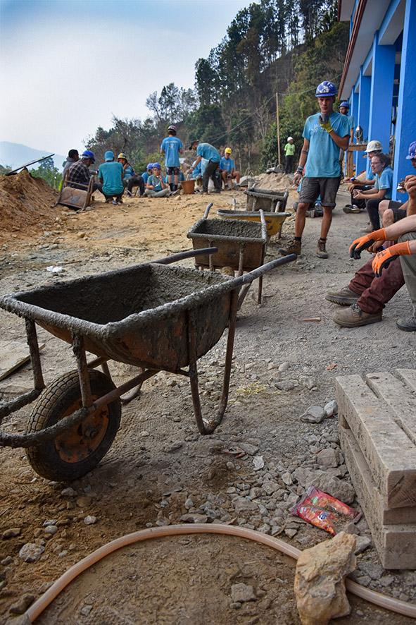 Kruiwagens bij vrijwilligerswerk om een school te bouwen in Nepal