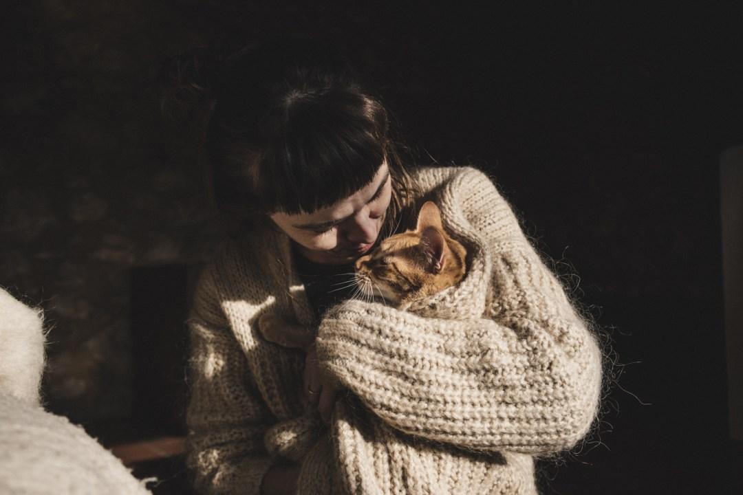 chica con gato atigrado